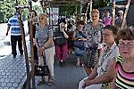 UKRAINE, Mariupol: Citizens waiting at a bus station in the city center of Mariupol. <br /> <br /> UKRAINE, Mariupol: Des citoyens attendent à une station de bus dans le centre de Mariupol.