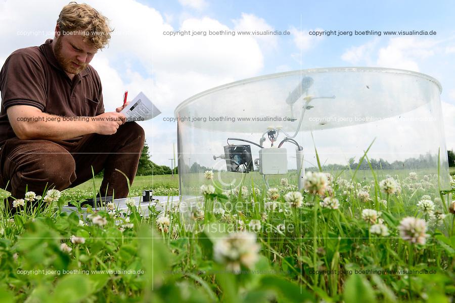 DEUTSCHLAND, , Versuchsgut Lindhof der UNI Kiel, Forschungsschwerpunkt ökologischer Landbau und extensive Landnutzungssysteme, Erforschung optimale Weidehaltung von Milchkuehen, Versuchsflaechen, Analyse der Graeser und Pflanzen der einzelnen Weideflaechen, Messung Klimagasbildung der Pflanzen