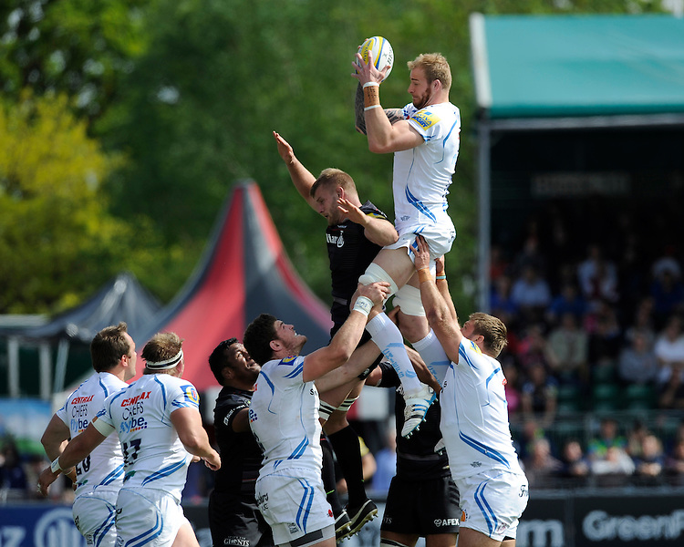 Damian Welch of Exeter Chiefs outjumps George Kruis of Saracens in the lineout