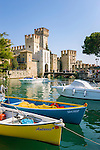 Italy, Lombardia, Sirmione, located on a small peninsula on the South Banks of Lake Garda: Scaliger Castle at entrance to Old Town | Italien, Lombardei, Gardasee, Sirmione, auf einer Halbinsel am Suedufer des Gardasees gelegen: Skaligerburg am Eingang zur Altstadt