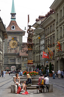 CHE, Schweiz, Kanton Bern, Hauptstadt Bern: Marktgasse mit Zytgloggeturm (Zeitglockenturm) in der Berner Altstadt - UNESCO Weltkulturerbe   CHE, Switzerland, Canton Bern, capital Bern: Marktgasse (market lane) with Clock tower - Old Town/UNESCO world heritage