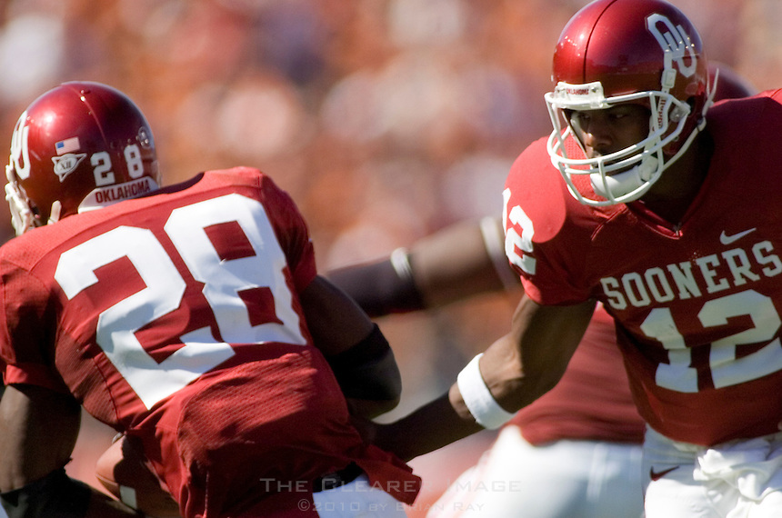 07 October 2006: Oklahoma quarterback Paul Thompson (#12) hands off to Adrian Peterson (#28) during the Sooners 28-10 loss to the University of Texas Longhorns at the Cotton Bowl in Dallas, TX.