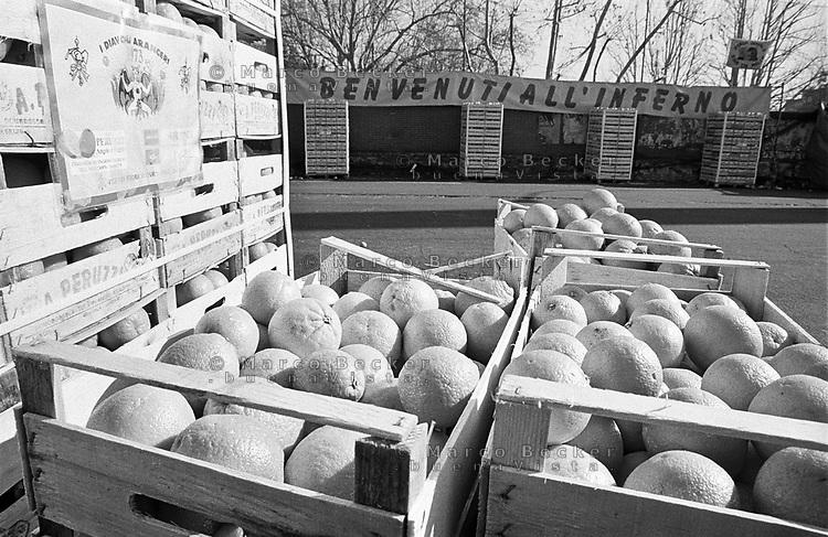 """Storico Carnevale di Ivrea, Battaglia delle Arance. Cassette della frutta e la scritta """"Benvenuti all'inferno"""" --- Historic Carnival of Ivrea, Battle of the Oranges. Boxes of fruit and """"Welcome to hell"""""""