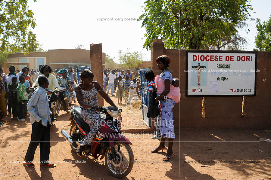 BURKINA FASO, Djibo, people going home home after mass in church, Diocese of Dori / Dioezese Dori, Kirche Djibo, Christen gehen nach Sonntagsmesse nach Hause