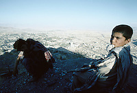 A young child, a Kalashnikov, the look of a men. Innocence is gone at the Tv hill over viewing Kabul.The fight (1992 to 1995) between warlords Ahmad Shah Massoud of the Jamiat-e Islami and Gulbuddin Hekmatyar from the Hezb-e Islami, destroy one third of the Afghan capital.