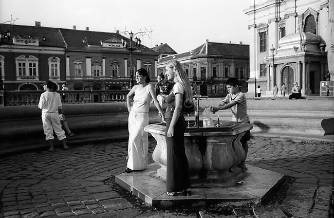 ROMANIA, Timisoara, May 2003..Fountain at the Union square (piata Unirii)..ROUMANIE, Timisoara, May 2003..Fontaine sur la place de l'Union (piata Unirii)..© Bruno Cogez