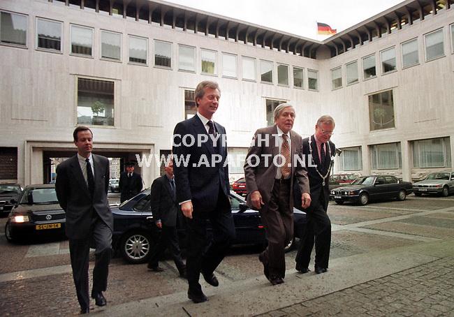 Arnhem,19-03-99  Foto:Koos Groenewold (APA)<br />Pr.Claus bracht vanmiddag een bezoek aan het provinciehuis in Arnhem,waar hij de uitreiking van de Alfred Mozerprijs bijwoonde.<br />Links van hem de commisaris van de Koningin Dhr Kamminga en rechts burgemeester van Arnhem Dhr Scholten.