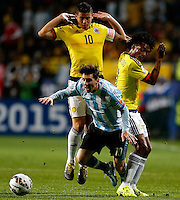 VIÑA DEL MAR - CHILE - 26-04-2015: James Rodriguez (Izq.) y Juan G Cuadrado (Der.)jugador de Colombia, disputan el balón con Lionel Messi (Cent.) jugador de Argentina, durante partido Colombia y Argentina, por los cuartos de final, de la Copa America Chile 2015, en el estadio Sausalito en la Ciudad de Viña del Mar / James Rodriguez (L) and Juan G Cuadrado (R)players of Colombia, vies for the ball with Lionel Messi (C) player of Argentina, during a match between Colombia and Argentina, for the quarterfinals of the Copa America Chile 2015, in the Sausalito stadium in Viña del Mar city. Photo: VizzorImage /  Photosport / Martin Thomas / Cont.