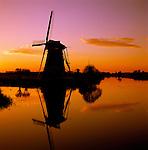 Netherlands, South Holland, Kinderdijk: Windmills at sunset | Niederlande, Suedholland, Kinderdijk: Windmuehlen am Kanal bei Sonnenuntergang