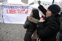 - Milano, assemblea in via Imbonati a sostegno dei lavoratori stranieri saliti su una ciminiera per protesta contro le leggi sull'immigrazione<br /> <br /> - Milan, assembly in support of foreign workers who climbed up a smokestack in protest against immigration laws
