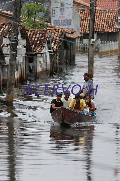 Enchente em Marabá.<br /> Moradores de Marabá usam barcos e canoas para sair de suas casas durante as cheias do rio Tocantins. De acordo dados do corpo de bombeiros, 2460 famÌlias já  foram atingidas durante as enchentes.Dezessete abrigos foram espalhados pela cidade. A cheia, que atingiu a cota  12,4 mts começa a dar sinais de diminuir.Marabá, Pará, Brasil<br /> Foto Paulo Santos15/04/2006Foto Paulo Santos/Interfoto