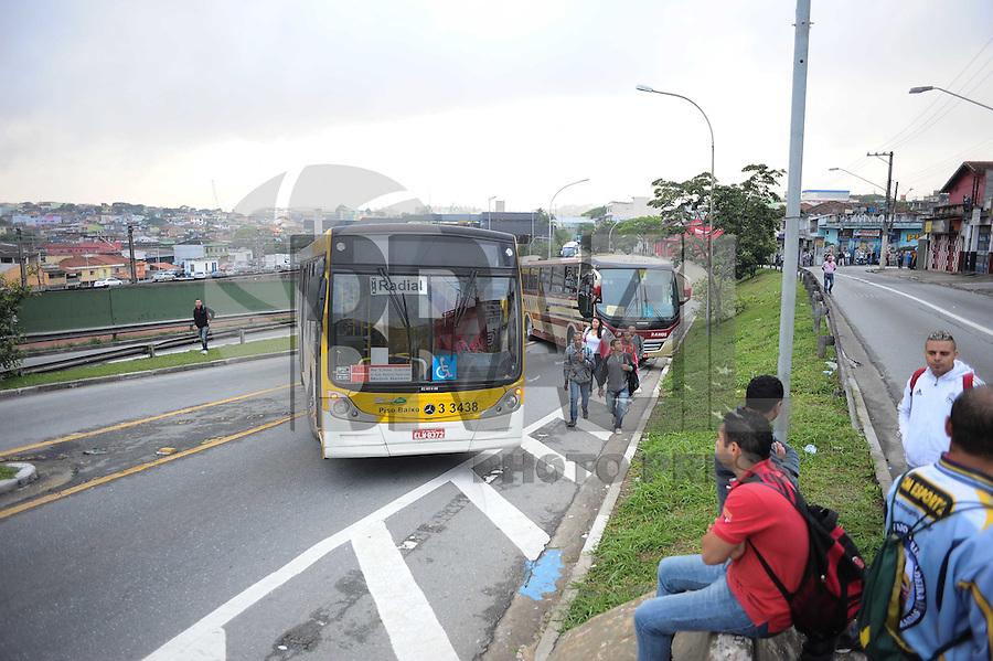 SAO PAULO, SP, 26.11.2013 - Um grupo de moradores interdita a Av Radial Leste proximo a estação Artur Alvim reivendicado moradia.(Foto:Adriano Lima / Brazil Photo Press).