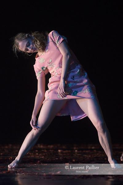 VERKLÄRTE NACHT<br /> <br /> MUSIQUE MUSIC Arnold Schönberg<br /> (La Nuit transfigurée, op. 4, version pour orchestre à cordes, 1899)<br /> CHORÉGRAPHE | CHOREOGRAPHY Anne Teresa De Keersmaeker (1995)<br /> DÉCOR | SET DESIGN Gilles Aillaud, Anne Teresa De Keersmaeker<br /> COSTUMES | COSTUME DESIGN Rudy Sabounghi<br /> LUMIERES | LIGHTING DESIGN Vinicio Cheli<br /> ANALYSE MUSICALE I MUSICAL ANALYSIS Georges-Elie Octors/Rosas<br /> ASSISTANT DE LA CHORÉGRAPHE | ASSISTANT CHOREOGRAPHER Jakub Truszkowski<br /> REPÉTITIONS | REHEARSALS Cynthia Loemij, Mark Lorimer,Johanne Saunier, Clinton Stringer, Samantha van Wissen<br /> <br /> Verklärte Nacht, extrait de Erwartung/Verklärte Nacht est créé le 4 novembre 1995 à De Munt/La Monnaie à Bruxelles<br /> Verklärte Nacht, extract from Erwartung/Verklärte Nacht is created on Novembre 4th 1995 at De Munt/ La Monnaie in Brussels<br /> <br /> Entrée au répertoire du Ballet de I'Opéra national de Paris le 22 octobre 2015.<br /> Entered the Paris National Opera Ballet repertoire on October the 22d 2015.<br /> Léonore Baulac, Alice Renavand, Alice Catonnet, Lydie Vareilhes, Séverine Westermann, Émilie Hasboun, Katherine Higgins, Awa Joannais, Arthus Raveau, <br /> <br /> Nicolas Paul, Matthieu Botto, Alexandre Carniato, Antonio Conforti, Jack Gasztowtt<br /> Durée | Duration 30 mn<br /> Fin du spectacle vers 21:15<br /> End of the performance at approximately 9.15 pm<br /> DATE 26/04/2018<br /> LIEU | PLACE Opéra Garnier<br /> VILLE | CITY Paris<br /> © Laurent Paillier / photosdedanse.com