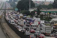 FOTO EMBARGADA PARA VEICULOS INTERNACIONAIS. SAO PAULO, SP, 14-11-2012, MOVIMENTACAO RODOVIA DUTRA. O transito  complicado na Rod. Dutra, sentido do Rio de Janeiro, na saida do paulistano para o feriado prolongado da Procl. da Republica. Luiz Guarnieri/ Brazil Photo Press