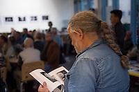 """Eroeffnung der Fotoausstellung """"Dialog, Schriftsteller in der DDR"""", in der Ladengalerie der Tagenszeitung junge Welt. Gezeigt werden Portaits von Schriftstellerinnen und Schriftstellern der Berliner Fotografin Gabriele Senft.<br /> 11.9.2015, Berlin<br /> Copyright: Christian-Ditsch.de<br /> [Inhaltsveraendernde Manipulation des Fotos nur nach ausdruecklicher Genehmigung des Fotografen. Vereinbarungen ueber Abtretung von Persoenlichkeitsrechten/Model Release der abgebildeten Person/Personen liegen nicht vor. NO MODEL RELEASE! Nur fuer Redaktionelle Zwecke. Don't publish without copyright Christian-Ditsch.de, Veroeffentlichung nur mit Fotografennennung, sowie gegen Honorar, MwSt. und Beleg. Konto: I N G - D i B a, IBAN DE58500105175400192269, BIC INGDDEFFXXX, Kontakt: post@christian-ditsch.de<br /> Bei der Bearbeitung der Dateiinformationen darf die Urheberkennzeichnung in den EXIF- und  IPTC-Daten nicht entfernt werden, diese sind in digitalen Medien nach §95c UrhG rechtlich geschuetzt. Der Urhebervermerk wird gemaess §13 UrhG verlangt.]"""