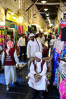 QATAR, Doha, Bazar Souq Waqif, porter / KATAR, Doha, Basar Souk Wakif, Lastentraeger