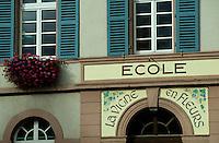 Europe/France/Alsace/68/Haut-Rhin/Eguisheim : Porte de l'école en hommage à la vigne