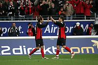 Naohiro Takahara (l.) und Albert Streit (beide Eintracht Frankfurt) freuen sich ¸ber das 1:0