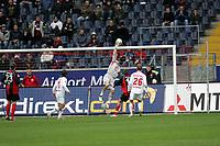 Torwart Robert Enke (Hannover 96) lenkt den Ball ¸ber die Latte