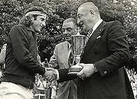 1975, Melkhuisje, Dutch Open tennis, Hilversum, Guillermo Vilas receives the trophy