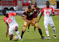 IBAGUÉ -COLOMBIA, 04-03-2015. Matheus Uribe (C) del Deportes Tolima disputa el balón con Baldomero Perlaza (Izq) y Cristian Borja (Der) de Independiente Santa Fe durante partido por la fecha 17 de la Liga Águila I 2016 jugado en el estadio Manuel Murillo Toro de Ibagué./ Matheus Uribe (C) player of Deportes Tolima struggles for the ball with Baldomero Perlaza (L) and Cristian Borja (R) players of Independiente Santa Fe during match for the date 17 of the Aguila League I 2016 played at Manuel Murillo Toro stadium in Ibague city. Photo: VizzorImage / Juan Carlos Escobar / Cont