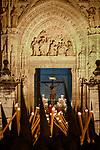 Spanien, Andalusien, Sevilla: Buesser vor der Kathedrale von Sevilla waehrend der Semana Santa | Spain, Andalusia, Seville: Semana Santa (Holy Week) float with crucifix and penitents outside Seville cathedral
