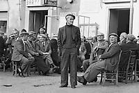 - Comiso, men in the public square (April 1983)....- Comiso, uomini in piazza (aprile 1983)