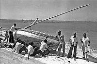 Pesca tradizionale in Mozambico sull'Oceano Indiano, Maputo, riparazione barca