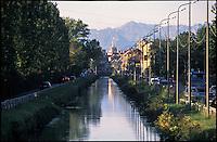 Milano, periferia sud, il Naviglio Pavese. Sullo sfondo: il Duomo e le Alpi --- Milan, south periphery, the canal Naviglio Pavese. On the background: the Duomo and the Alps