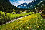 Oesterreich, Tirol, bei Ginzling im Zillertal: Wander- und Klettergebiet Zemmgrund mit Zemmser Bach, Abfluss des Schlegeis-Speichersees und schneebedeckten Gipfeln der Zillertaler Alpen, rechts der Alpen-Gasthof Breitlahner | Austria, Tyrol, near Ginzling at Ziller Valley: popular hiking and climbing area Zemmgrund with Zemmser brook and snow covered summits of Ziller Valley Alps