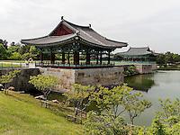 Pavillon und Teich im Anapji-Park Gyeongju, Provinz Gyeongsangbuk-do, Südkorea, Asien, UNESCO-Weltkulturerbe<br /> pavilion and pond in Anapji park, Gyeongju,  province Gyeongsangbuk-do, South Korea, Asia, UNESCO world-heritage