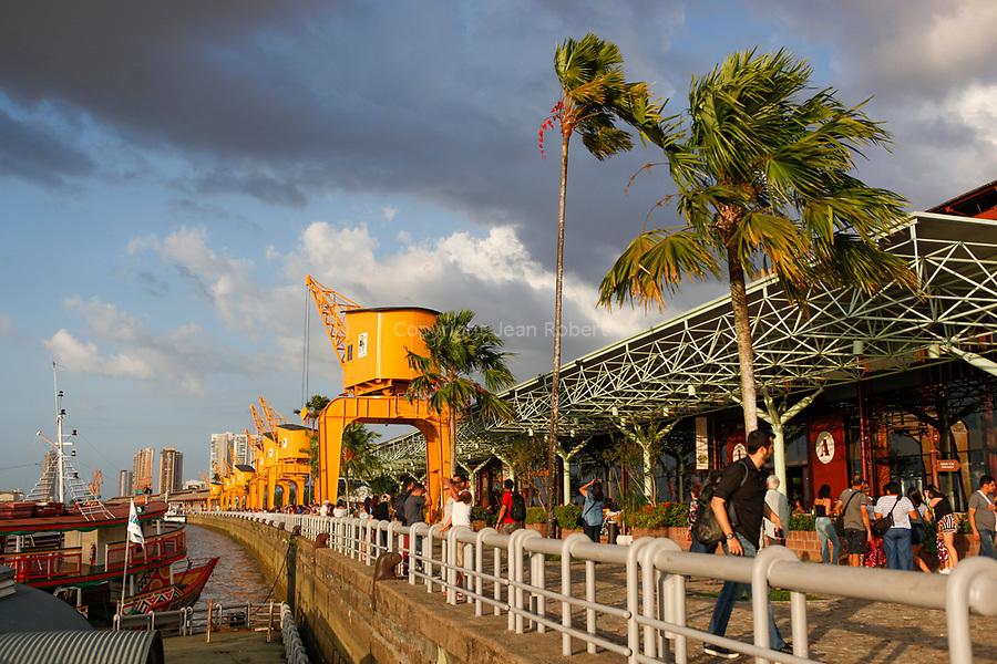 Les docks de Belem. La promenade au coucher de soleil pour les habitants au coucher de soleil