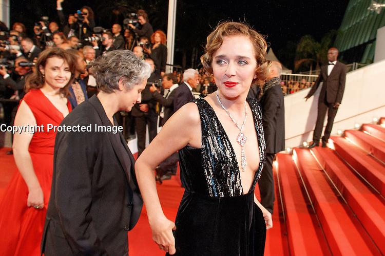 Riccardo Scamarcio Valeria Golino arrive sur le tapis rouge pour la projection du film 'Juste la fin du monde' lors du 69ème Festival du Film à Cannes le jeudi 19 mai 2016.