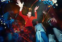 SARAJEVO / BOSNIA 1996.GIOVANI SARAJEVESI FESTEGGIANO LA PACE E LA VOGLIA DI VIVERE BALLANDO NELLE DISCOTECHE RIAPERTE DOPO LA GUERRA..FOTO LIVIO SENIGALLIESI..SARAJEVO / BIH 1996.YOUNG PEOPLE ENJOY IN THE NEW DISCO OPENED AFTER THE PEACE AGREEMENT. PHOTO LIVIO SENIGALLIESI