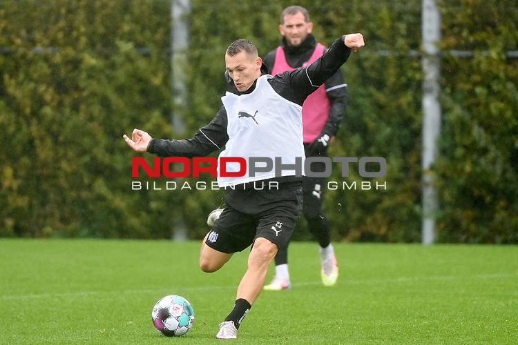 08.10.2020, Sportpark Illoshöhe, Osnabrück, GER, 2. FBL, Training VfL Osnabrueck <br /> <br /> im Bild<br /> Sven Köhler (VfL Osnabrück, 25) am Ball.<br /> <br /> Foto © nordphoto / Paetzel