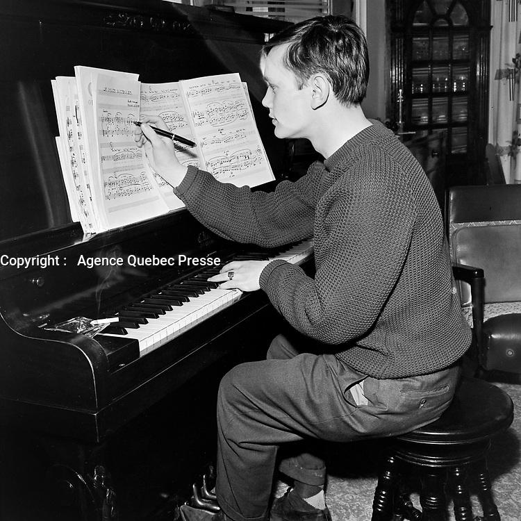 Sylvain Lelievre - Gagnant du concours de la chanson canadienne<br /> le 26 mars 1963<br /> Photographe : Photo Moderne<br /> - agence Quebec Presse