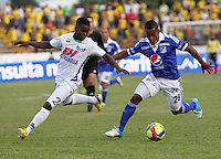 NEIVA -COLOMBIA, 30-03-2013.Jhon Zea (Izquierda) del Atlético Huila y  Alex Diaz (Derecha) de Millonarios  disputan el balón  en partido de la octava fecha del la Liga Postobón 2013-1 realizado en el estadio Guillermo Plazas Alcid de Neiva. /Jhon Zea (left) and Alex Diaz Atlético Huila (right) vie Millionaire game ball in the eighth round of the League held in 2013-1 Postobón Guillermo Plazas Alcid stage of Neiva. Photos: VizzorImage/Felipe Caicedo/Staff.Photo / VizzorImage / Felipe Caicedo / Staff