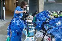 Bei einer Dekontaminationsuebung im Rahmen der Berliner Katastrophenschutzwoche wurde am Benjamin Franklin Krankenhaus von Krankenhausmitarbeitern und DLRG  in Berlin-Steglitz ein Dekontaminationseinsatz geprobt. Dafuer wurde eine Zeltstrecke mit mobilen klinischen Dekontaminationseinrichtungen fuer Verletzte aufgebaut. Diese Zeltstrecke wurde zur Behandlung von Menschen entwickelt, die mit chemischen, biologischen oder radioaktiven Stoffen kontaminiert wurden.<br /> 10.9.2014, Berlin<br /> Copyright: Christian-Ditsch.de<br /> [Inhaltsveraendernde Manipulation des Fotos nur nach ausdruecklicher Genehmigung des Fotografen. Vereinbarungen ueber Abtretung von Persoenlichkeitsrechten/Model Release der abgebildeten Person/Personen liegen nicht vor. NO MODEL RELEASE! Don't publish without copyright Christian-Ditsch.de, Veroeffentlichung nur mit Fotografennennung, sowie gegen Honorar, MwSt. und Beleg. Konto: I N G - D i B a, IBAN DE58500105175400192269, BIC INGDDEFFXXX, Kontakt: post@christian-ditsch.de<br /> Urhebervermerk wird gemaess Paragraph 13 UHG verlangt.]