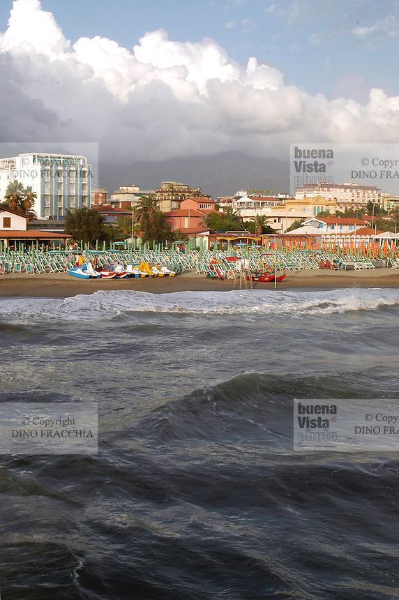 - beach and waterfront of Marina di Massa....- la spiaggia e il lungomare di Marina di Massa