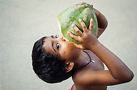 INDIEN Karnataka , Junge trinkt Kokoswasser aus einer Kokosnuss / INDIA Karnataka, child drinks coconut water at farm near Mangalore