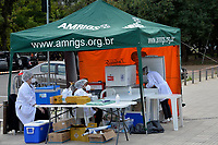 PORTO ALEGRE, RS, 18.04.2021 - VACINAÇÃO - 62 ANOS - Tendas de vacinação contra a Covid-19 foram montadas, como posto avançado instalado pela Secretaria Municipal de Saúde (SMS), numa parceria com Associação Médica do RS (Amrigs), Equipe G e Grupo Dimed, no Parque Farroupilha (Redenção), das 9h às 17h. A expectativa é a aplicação de 5 mil doses de imunização, com a aplicação da primeira dose Fiocruz, para pessoas com 62 anos de idade ou mais e a segunda dose Butantan, para pessoas vacinadas entre 21 a 28 dias, em Porto Alegre, neste domingo (18).