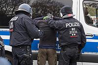 """Sogenannten """"Querdenker"""" sowie verschiedene rechte und rechtsextreme Gruppen hatten fuer den 18. November 2020 zu einer Blockade des Bundestag aufgerufen. Sie wollten damit verhindern, dass es """"eine Abstimmung ueber das Infektionsschutzgesetz"""" gibt - unabhaengig ob es diese Abstimmung tatsaechlich gibt.<br /> Bereits in den Morgenstunden versammelten sich ca. 2.000 Menschen, wurden durch Polizeiabsperrungen jedoch gehindert zum Reichstagsgebaeude zu kommen. Sie versammelten sich daraufhin u.a. vor dem Brandenburger Tor.<br /> Im Bild: Die Polizei nimmt einen Mann fest, der mit einem Messer zu der Demonstration wollte.<br /> 18.11.2020, Berlin<br /> Copyright: Christian-Ditsch.de"""