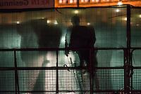 Bis zu 10.000 Menschen protestierten am Freitag den 30. Januar 2015 in Wien gegen den Akademikerball der rechten FPOe, der zum dritten Mal in der Wiener Hofburg stattfand. Bei den Protesten kam es zu kleineren Rangeleien zwischen Polizei und Ballgegnern, bei denen vereinzelt auch Feuerwerkskoerper und Gegenstaende geworfen wurden. Die Polizei nahm lt. eigenen Angaben 35 Personen fest.<br /> Im Bild: Polizeibeamte hinter einem Sichtschutz vor der abgesperrten Wiener Hofburg.<br /> 30.1.2015, Wien<br /> Copyright: Christian-Ditsch.de<br /> [Inhaltsveraendernde Manipulation des Fotos nur nach ausdruecklicher Genehmigung des Fotografen. Vereinbarungen ueber Abtretung von Persoenlichkeitsrechten/Model Release der abgebildeten Person/Personen liegen nicht vor. NO MODEL RELEASE! Nur fuer Redaktionelle Zwecke. Don't publish without copyright Christian-Ditsch.de, Veroeffentlichung nur mit Fotografennennung, sowie gegen Honorar, MwSt. und Beleg. Konto: I N G - D i B a, IBAN DE58500105175400192269, BIC INGDDEFFXXX, Kontakt: post@christian-ditsch.de<br /> Bei der Bearbeitung der Dateiinformationen darf die Urheberkennzeichnung in den EXIF- und  IPTC-Daten nicht entfernt werden, diese sind in digitalen Medien nach §95c UrhG rechtlich geschuetzt. Der Urhebervermerk wird gemaess §13 UrhG verlangt.]
