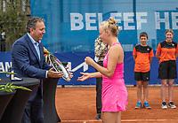 Amstelveen, Netherlands, 10 Juli, 2021, National Tennis Center, NTC, Amstelveen Womans Open, Singles final:  Sponsor Ronald Coster hand the trunner up trophy to Yana Morderger (GER)<br /> Photo: Henk Koster/tennisimages.com