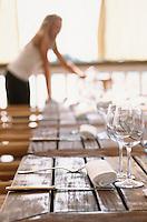 """Europe/France/Aquitaine/33/Gironde/Env de Bordeaux/Port Neuf: Restaurant """"La Maison du Fleuve"""", on dresse la terrasse sur la garonne"""