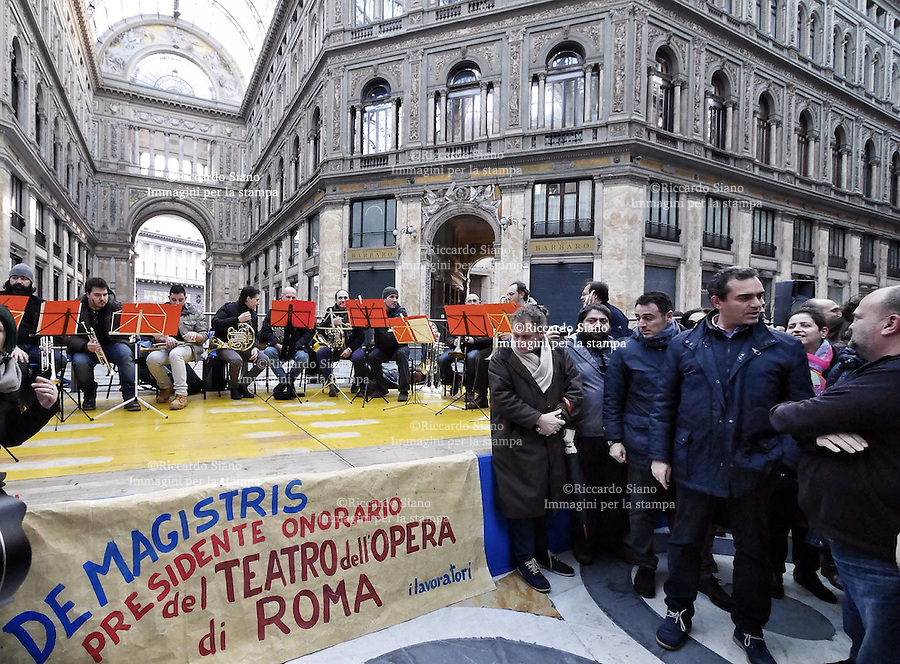 - NAPOLI 09 FEB - Galleria Umberto I, le maestranze del teatro San Carlo durante il flash-mob in difesa del lirico. Al loro fianco il sindaco Luigi de Magistris.
