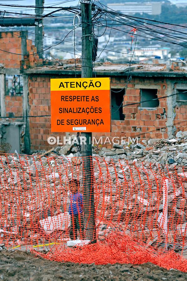 Demolição de casas para construção da estação do teleférico. Obras do Programa de Aceleração do Crescimento, PAC. Complexo do Alemão. Rio de Janeiro. 2009. Foto de Rogério Reis.