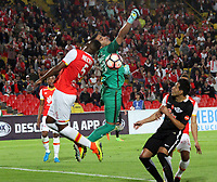 BOGOTA - COLOMBIA, 14-09-2017:Juan David Valencia (Izq.) jugador del Independiente Santa Fe de Colombia disputa el balón con Carlos Servin (Der.) jugador de Libertad del Paraguay durante partido por los ocatvos de final 2 vuelta de La Copa Conmebol Sudamericana 2017  jugado en el estadio Nemesio Camacho  El Campín  de la ciudad de Bogotá . /: Juan David Valencia(L) Player of Independiente Santa Fe of Colombia fights the ball with Libertad of Paraguay Carlos Servin (R) during match for the eighth-finals 2 back of La Copa Conmebol Sudamericana 2017 played in the stadium Nemesio Camacho El Campín de the city of Bogotá. Photo: Vizzorimage / Felipe Caicedo / Staff
