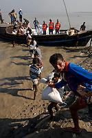 BANGLADESH District Bagerhat , cyclone Sidr and high tide destroy villages in Southkhali at river Balaswar , distribution of relief goods in bags from Saudi Arabia  / BANGLADESCH, der Wirbelsturm Zyklon Sidr und eine Sturmflut zerstoeren Doerfer im Kuestengebiet von South Khali , Verteilung von Hilfsguetern aus Saudi-Arabien