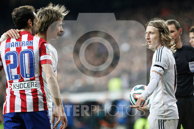 Real Madrid´s  Coentrao (C) and Modric (R) and Atletico de Madrid´s Juanfran argue  during King´s Cup (Copa del Rey) semifinal match in Santiago Bernabeu stadium in Madrid, Spain. February 05, 2014. (ALTERPHOTOS/Victor Blanco)